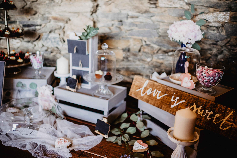 Sweettable und Candybar Hochzeit Foto von victoria-priessnitz-xcquzciiloe-unsplash